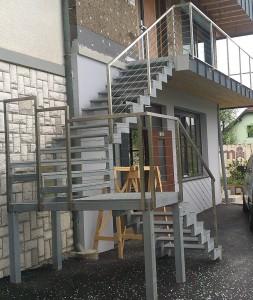 kovinske-stopnice-z-balkonom
